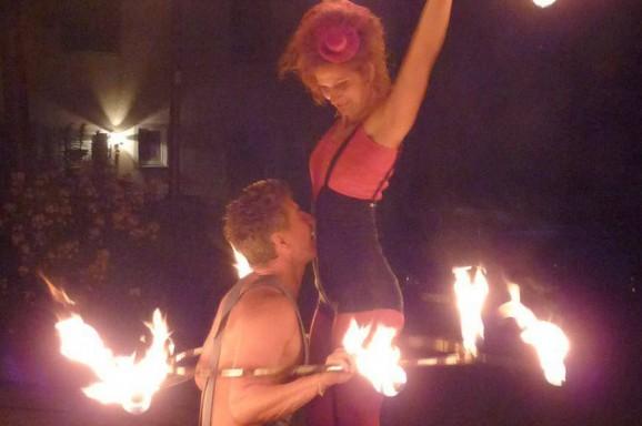 Monika Kolb und Niko Douwes – Feuershow für Indien