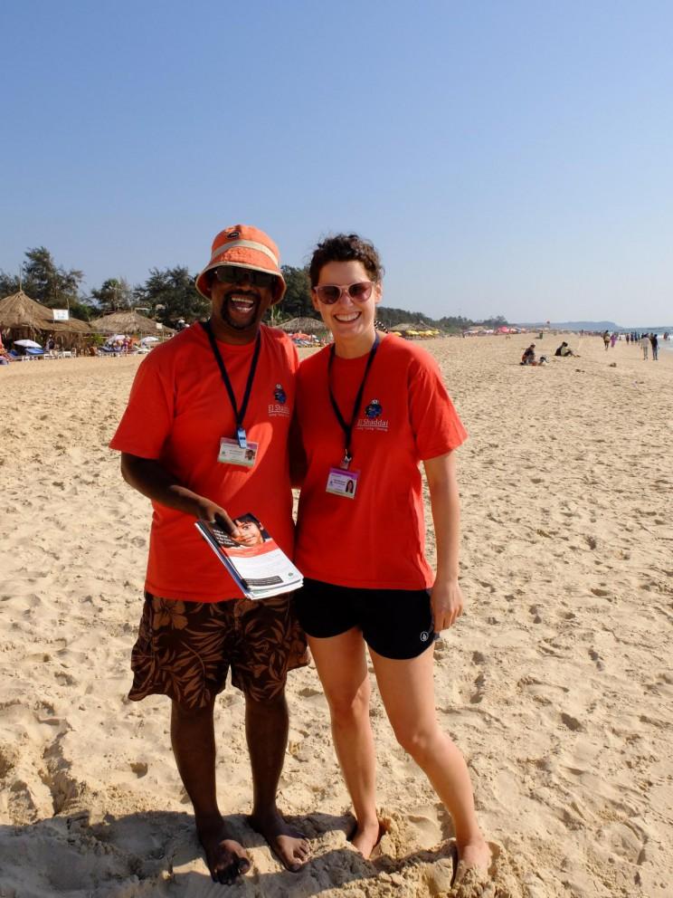 Mit Volunteer-Koordinator Johnny und den Kindern am Strand
