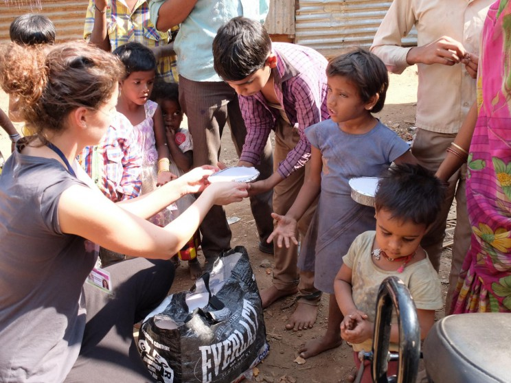 Bei der Essensausgabe im Slum von Panjim